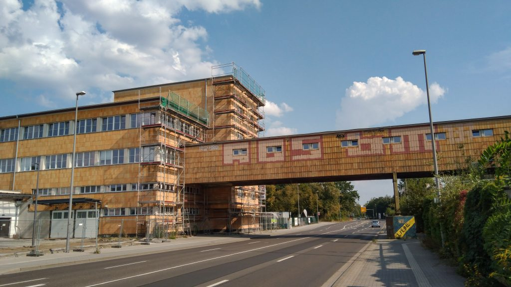 Eine geklinkerte Fabrikgebäude-Traverse über die Bundesstraße