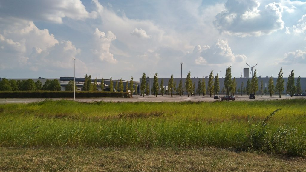 Zweckdienliche Industriehallen auf der grünen Wiese