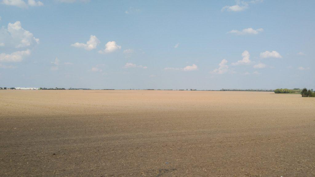 Ein endlos scheinendes Feld in völlig flacher Lage