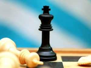 Nahaufnahme eines schwarzen Schach-Königs
