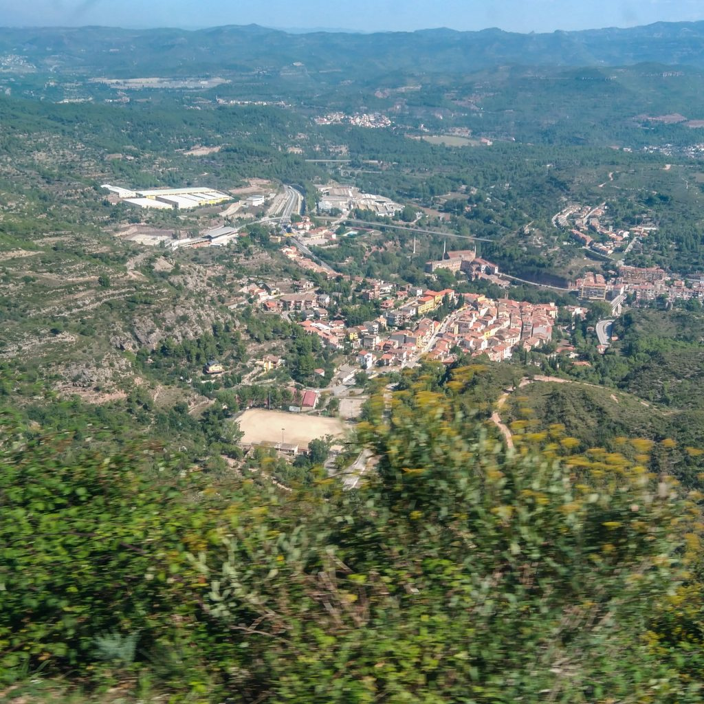 Blick aus der BErgbahn auf Monistrol de Montserrat