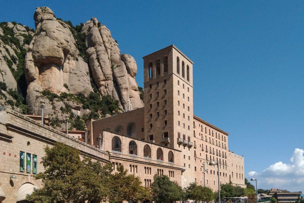 Der vorgelagerte Teil des Klosters Montserrat mit Fels und Himmel im Hintergrund