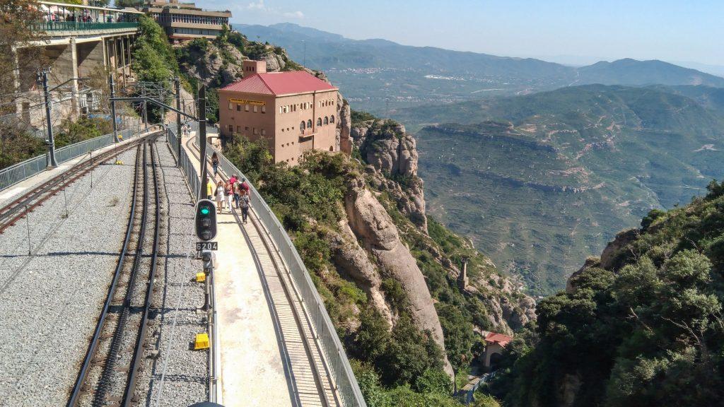 Links das Ende des Schienestranges der Bergstation, rechts der Blick ins Tal hinab
