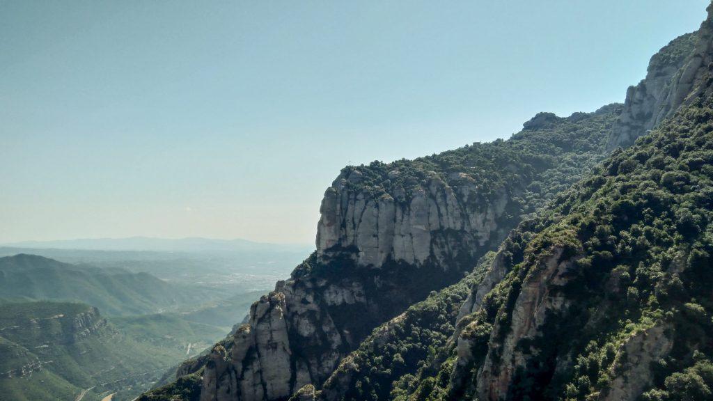 Blick entlang des Felsmassivs nach Süden, rechts bewaldete Felsen, links der Blick in die Ferne