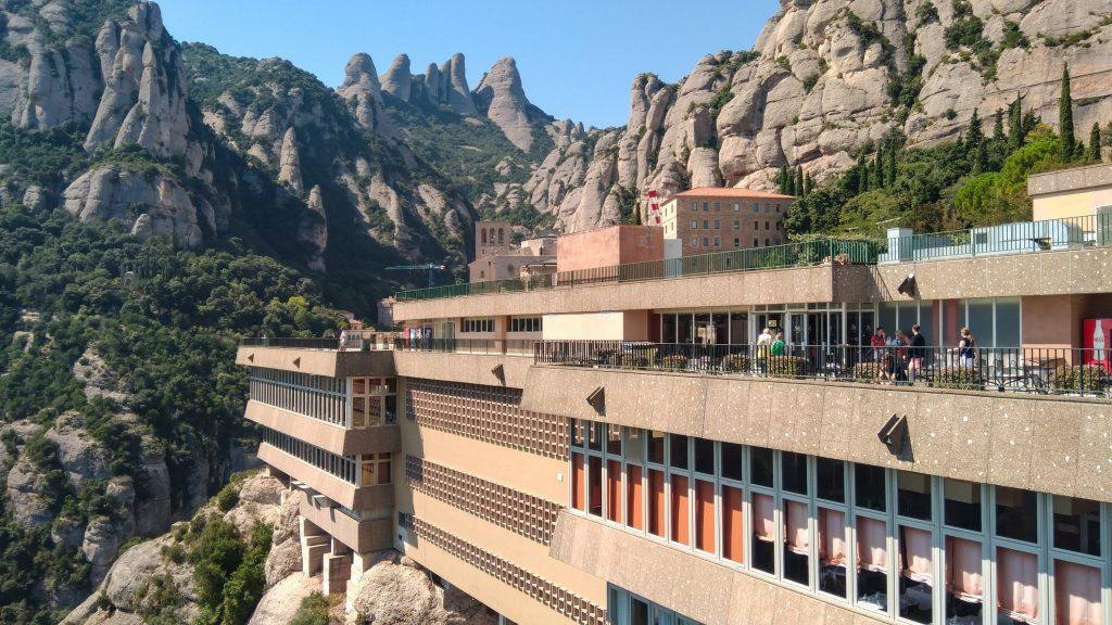Moderne Architektur in den Fels gezimmert