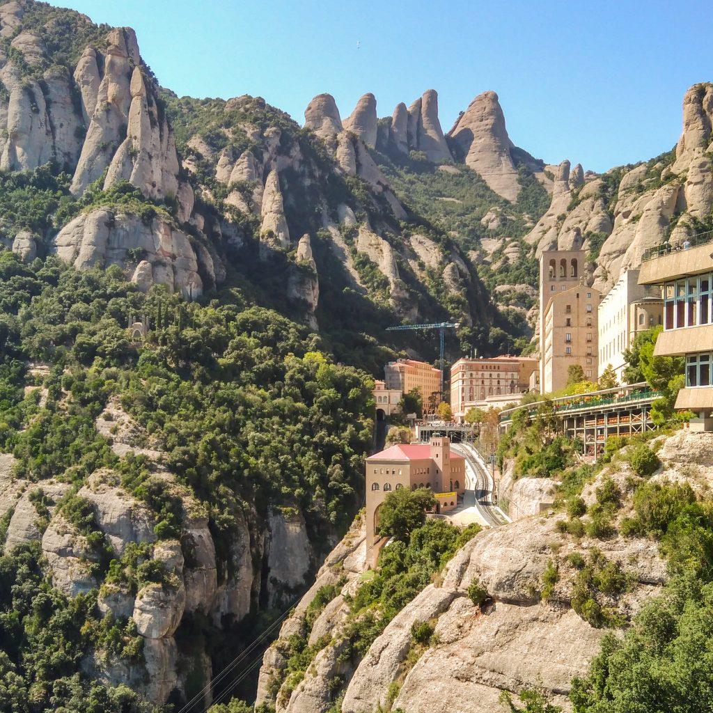 Blick in den Taleinschnitt hinein mit dem Kloster als Ganzes