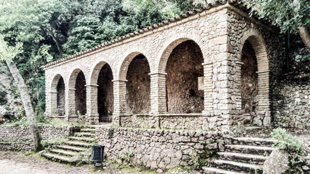 Naturstein-Säulengang mit fünf Rundbögen und zwei Treppen hinauf