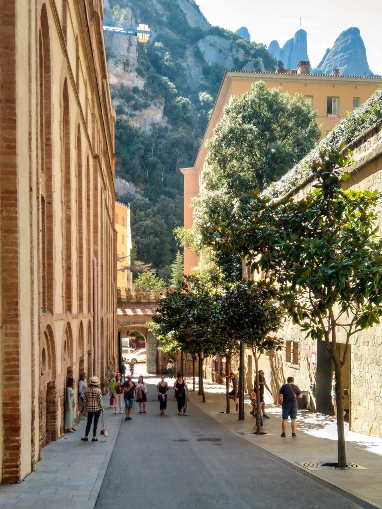 Straßenschlucht zwischen hohen Sandstein-Gebäuden im Kloster