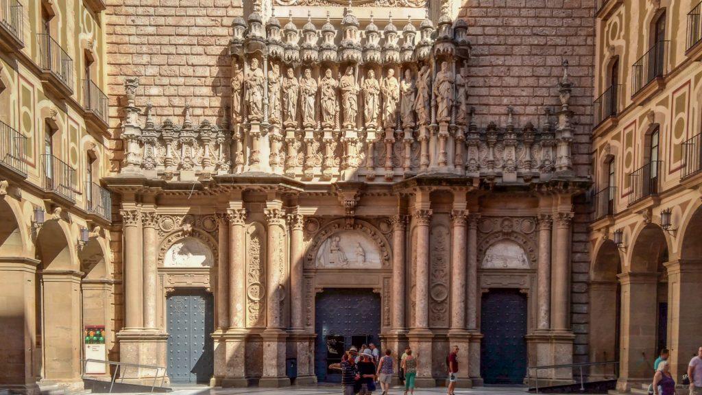 Figurenreiches Tympanon über Eingangsportal der Klosterkirche