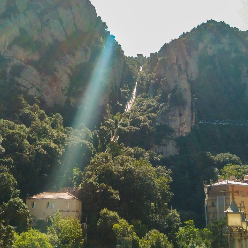 Blick von der Mittel- zur Bergstation der Standseilbahn hinauf