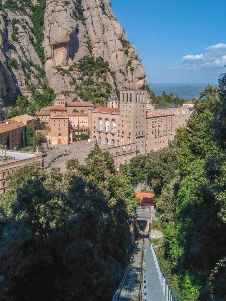 Blick aus der fahrenden Standseilbahn hinab zum Kloster