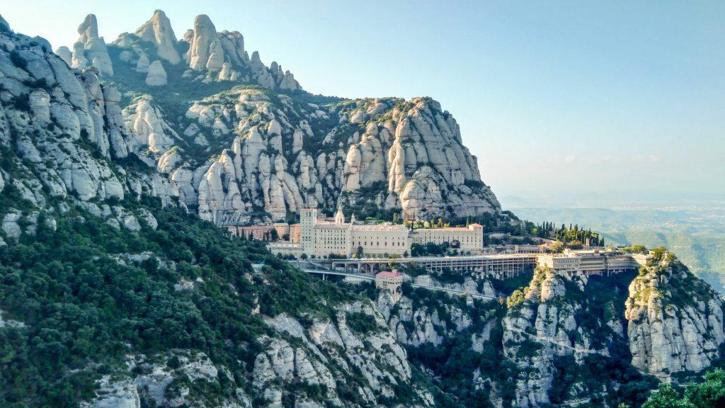 Blick von Südost auf die gesamte Klosteranlage am Berg