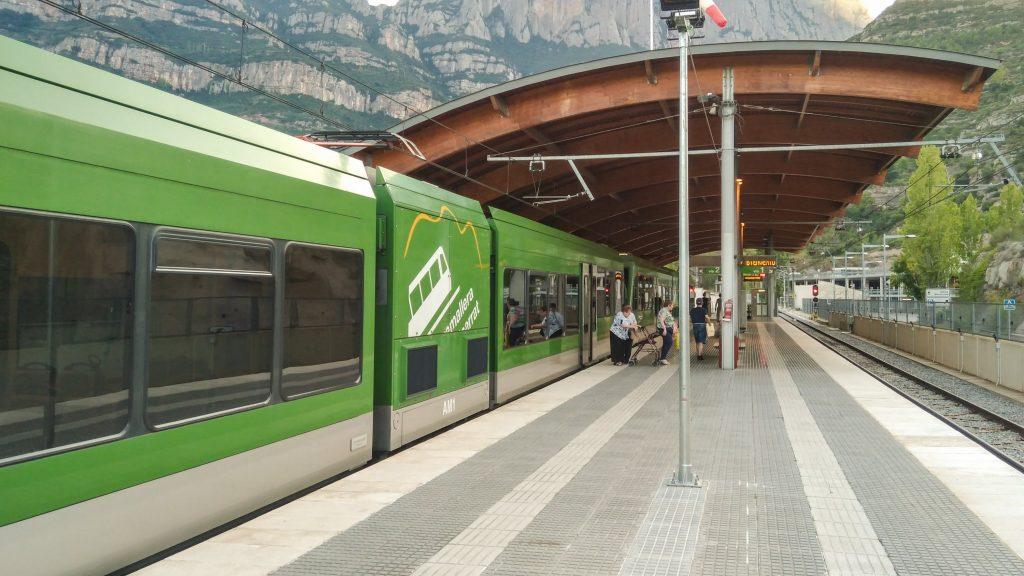 Die moderne Zahnradbahn am linken Gleis im Tal-Bahnhof