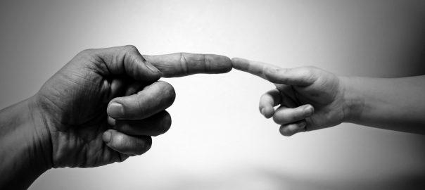 Die Zeigefinger zweier Hände berühren sich